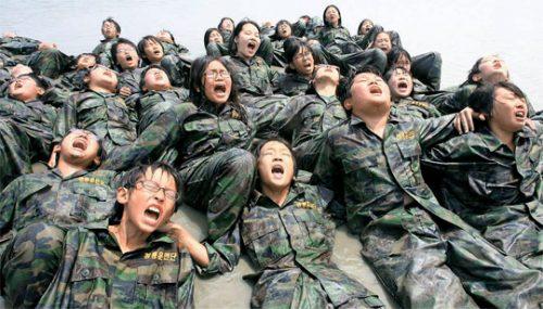 """사진의 제목은 다음과 같다. """"지옥훈련 어린이 해병대"""""""