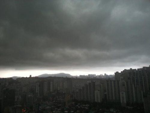 먹구름 낀 서울 하늘